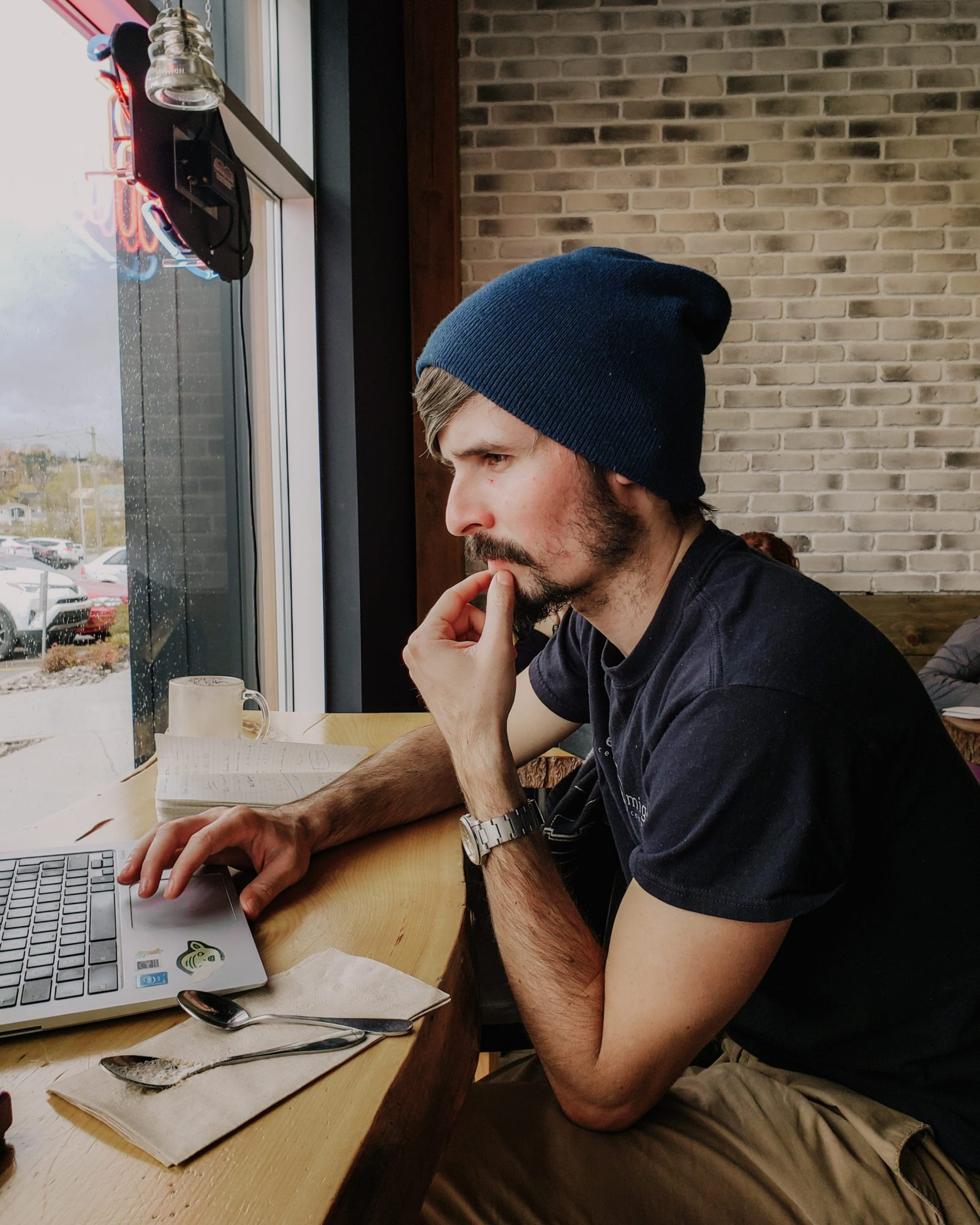 digital nomad guy working in a cafe