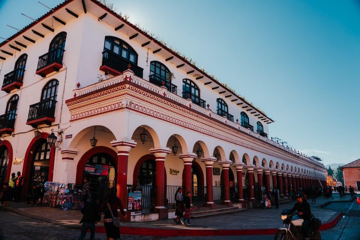 los portales building on plaza 31 de marzo in san cristobal de las casas