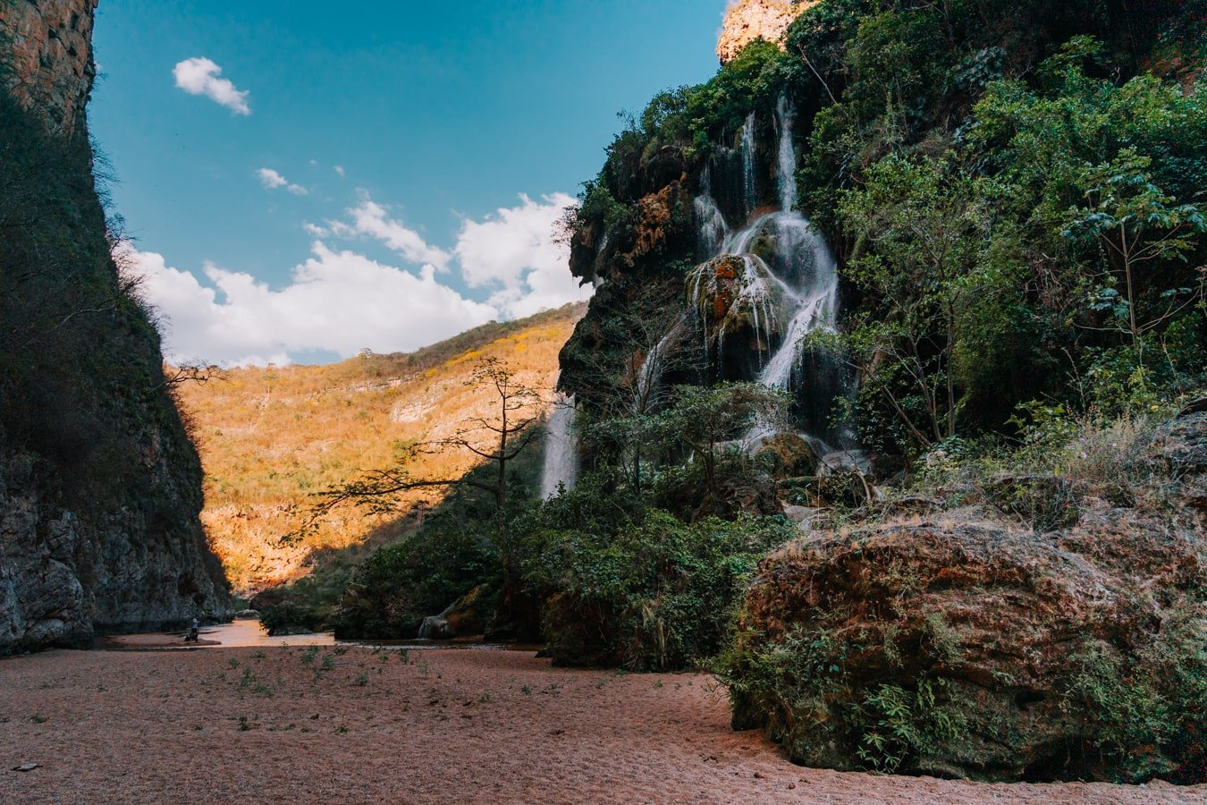 el aguacero waterfall inside cañón rio la venta, chiapas mexico